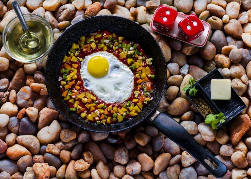 Verziertes poschiertes Ei auf einer Bratpfanne lizenzfreies stockfoto