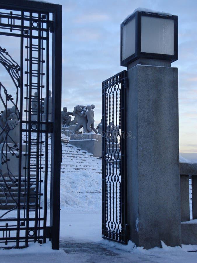 Verziertes Tor und Statuen lizenzfreies stockbild