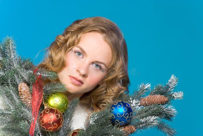 Verziertes Weihnachtsportrait der blonden Frau stockfotos