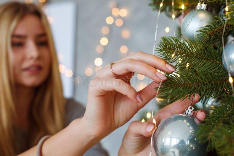 Verzierung des Weihnachtsbaums auf Weihnachtsabend stockbild