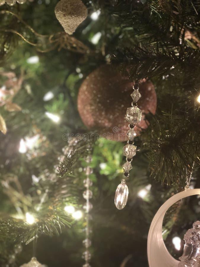 Verzierung, die auf einem hellen glänzenden Baum übergibt stockfotos