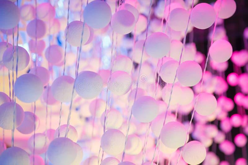 Verzierung helle weiße rosa Farbdes hängenden Polystyrenplastikball-Bereichvorhangs auf Bühnenbild im Freien Zusammenfassung, Hin lizenzfreie stockfotografie