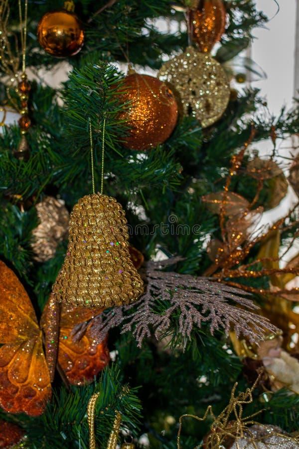 Verzierung von einem verzierten Weihnachtsbaum stockbild