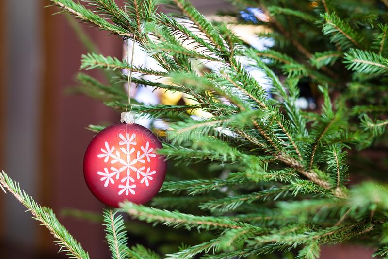 Verzierungen auf Zweigen des Weihnachtsbaums und des Fernsehers lizenzfreie stockfotos