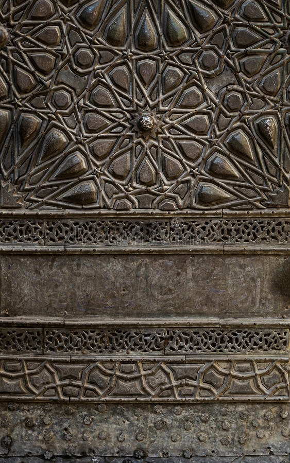 Verzierungen der Bronzeplattentür einer historischen Moschee in Kairo, Ägypten lizenzfreies stockbild