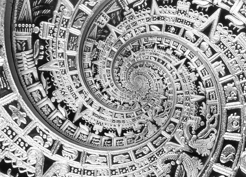 Verzierungsmusterdekorations-Entwurfshintergrund der silbernen schwarzen alten antiken traditionellen Spirale aztekischer Surreal lizenzfreie stockfotos