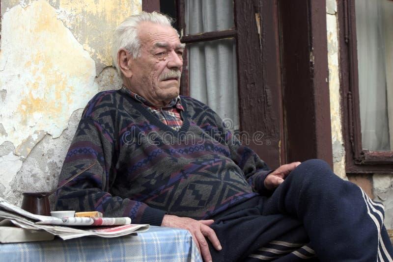 Verzweiflungblick des alten Mannes stockfotografie