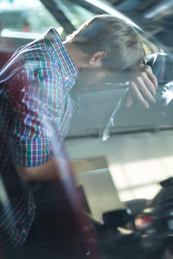 Verzweiflungsfahrer, der Problem hat stockfotografie