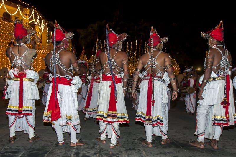 Ves dansare upp landsdansare väntar på avslutningen av Esalaen Perahera i Kandy, Sri Lanka arkivbild