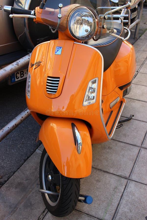 Vespa anaranjada imagenes de archivo