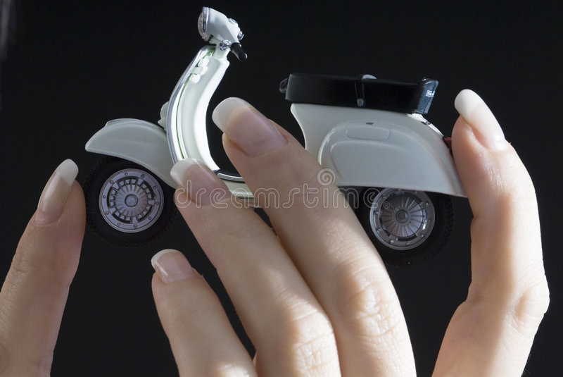 Vespa auf Fingern lizenzfreies stockbild