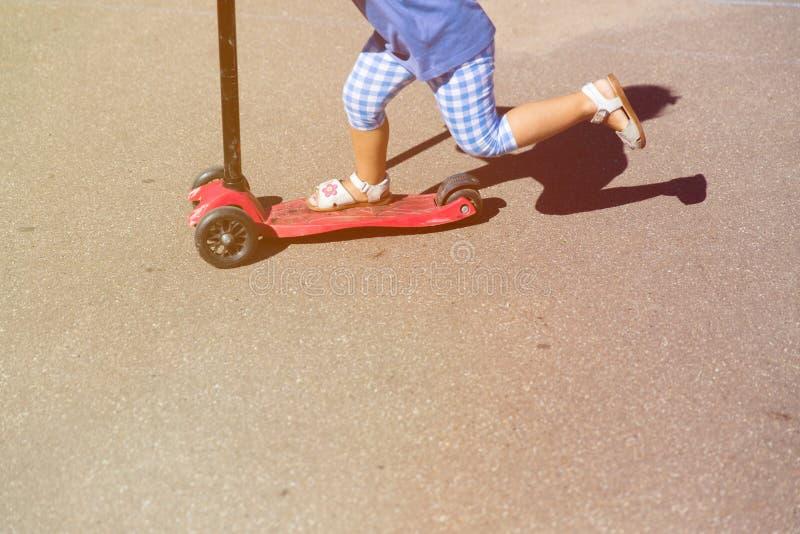 Vespa del montar a caballo de la niña al aire libre, niños activos imágenes de archivo libres de regalías