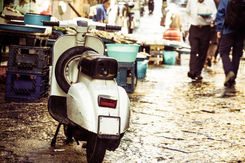 Vespa do vintage na rua imagens de stock royalty free