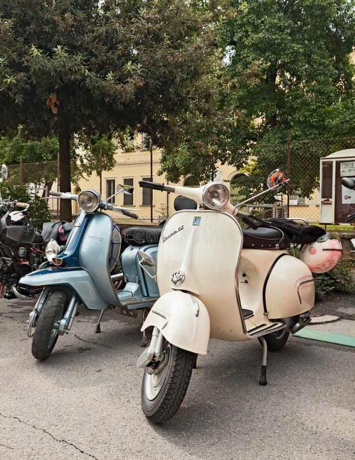 Vespa e Lambretta dos 'trotinette's do vintage fotos de stock