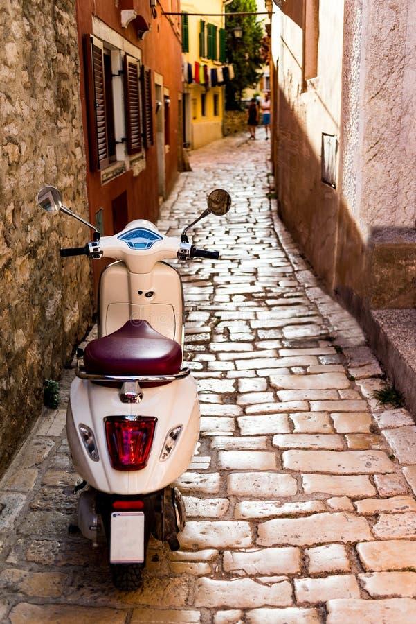 Vespa italiana parqueada en Rovinj foto de archivo