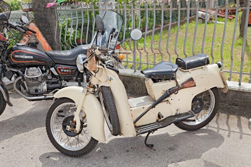 Vespa Moto Guzzi Galletto del vintage imágenes de archivo libres de regalías