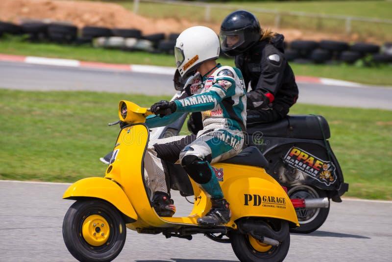 Vespa não identificado Piaggio dos pilotos imagens de stock