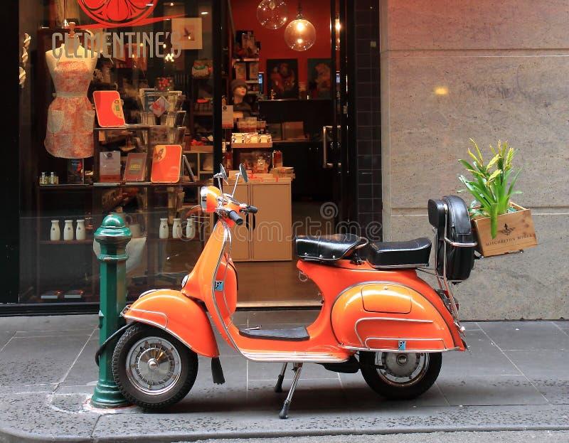 Vespa orange sur l'Australie de Melbourne de rue de Degraves photos stock