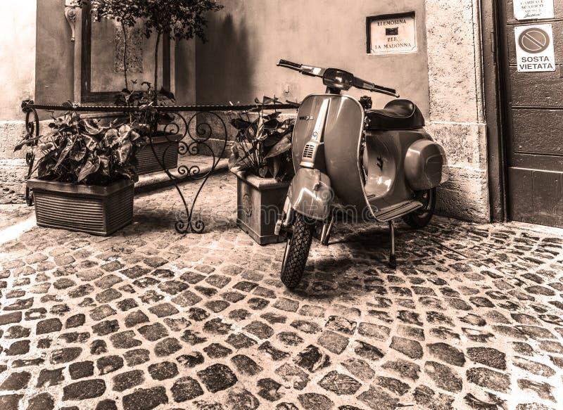Vespa parcheggiata in un angolo pittoresco immagine stock