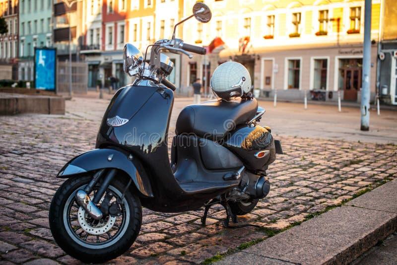 Vespa retra del moto en la calle fotos de archivo