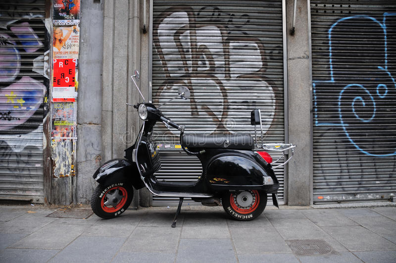 Vespa retra en Madrid imagen de archivo