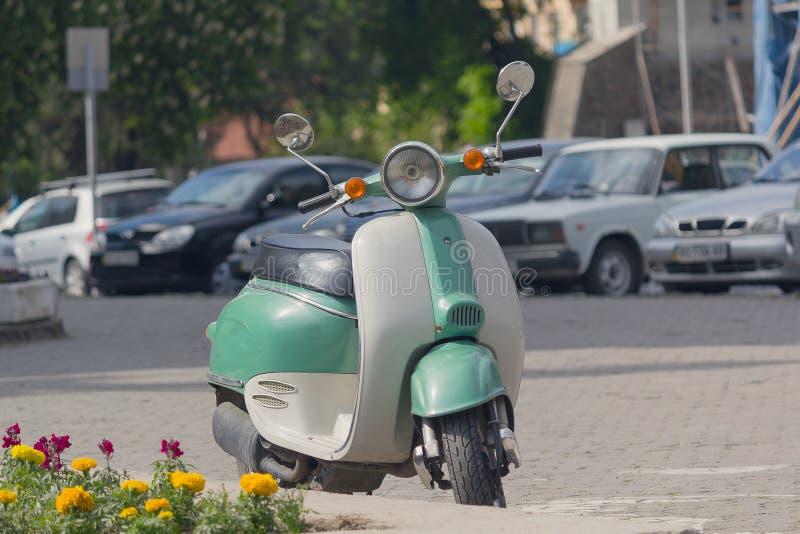 Vespa retra parqueada en una calle de la ciudad foto de archivo libre de regalías