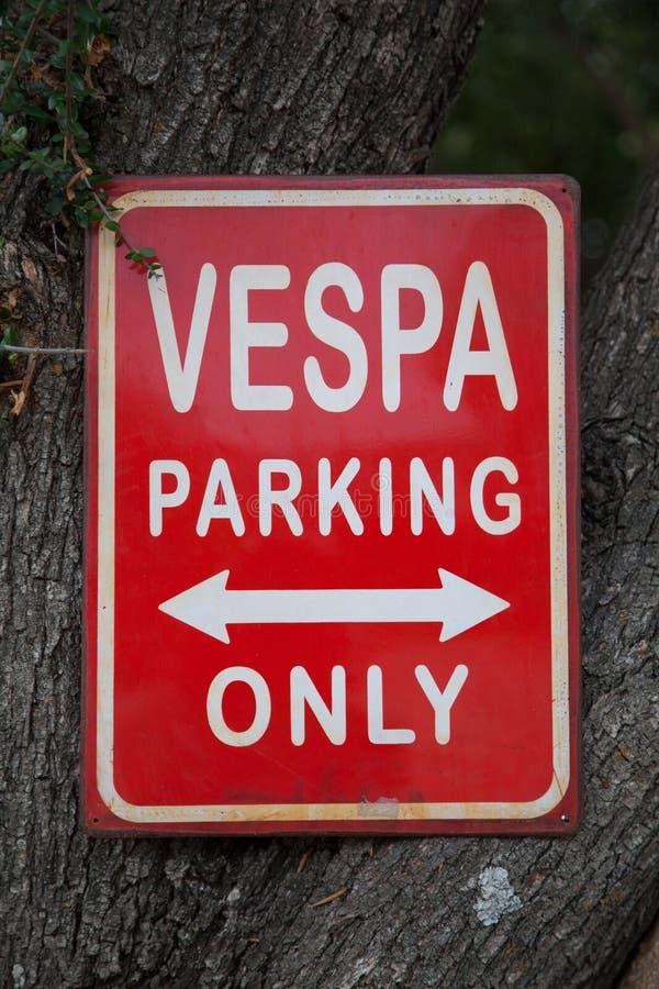 Vespa som parkerar endast - vägmärken royaltyfri foto
