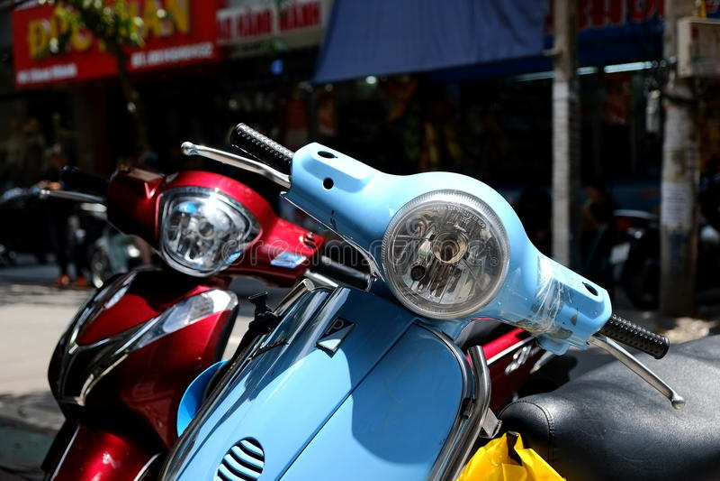 Vespas是在河内街道的罕见的视域 免版税图库摄影