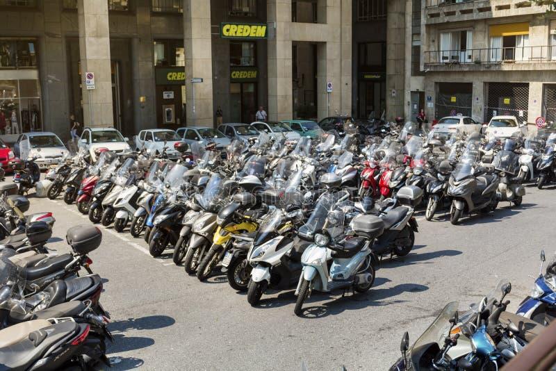 Vespas en la ciudad de puerto de Génova, Italia imagenes de archivo