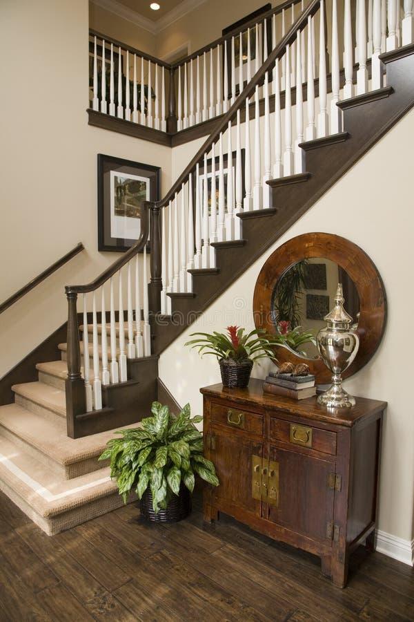 Vestíbulo casero de lujo y escalera. foto de archivo