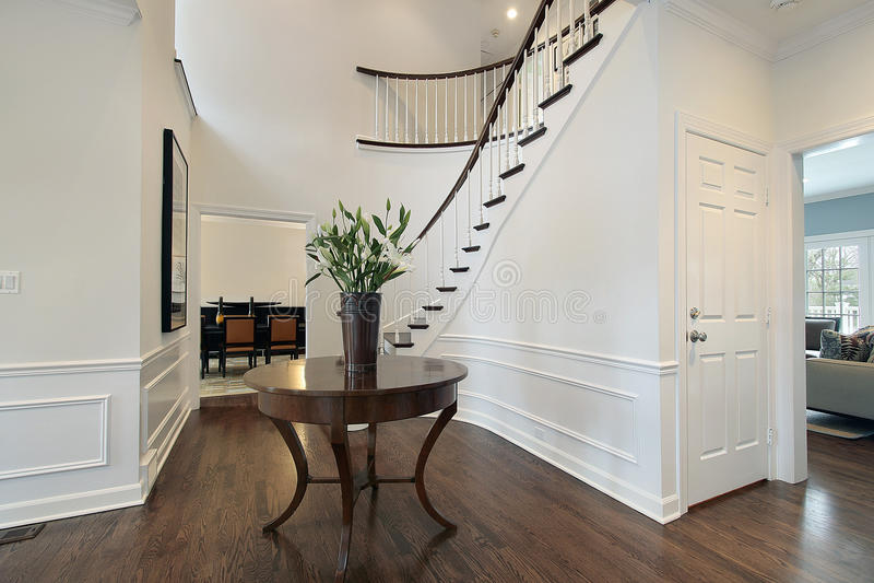 Vestíbulo com escadaria curvada fotografia de stock