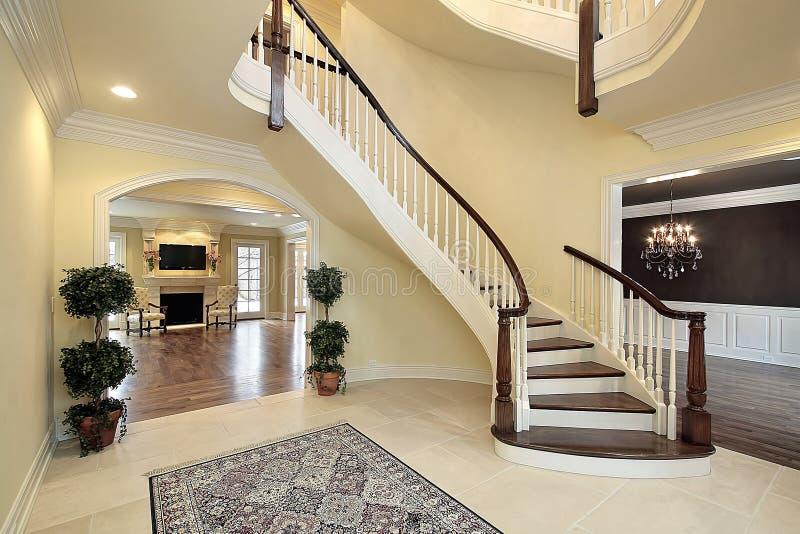 Vestíbulo com escadaria curvada imagens de stock