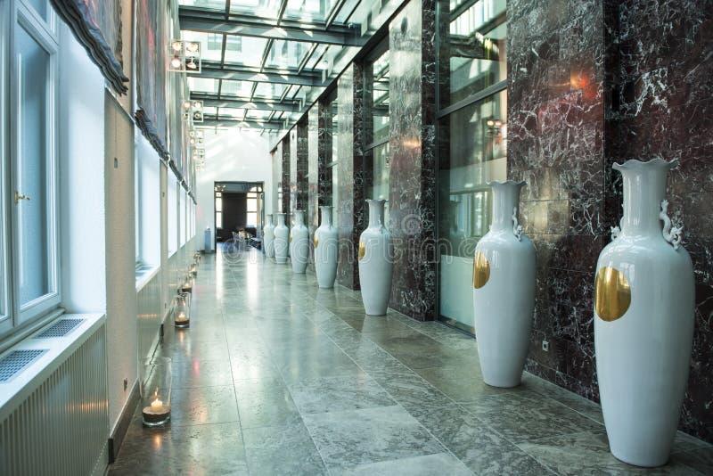 Vestíbulo con los floreros chinos fotos de archivo libres de regalías