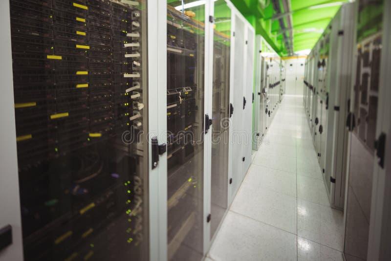 Vestíbulo con una fila de servidores imagen de archivo