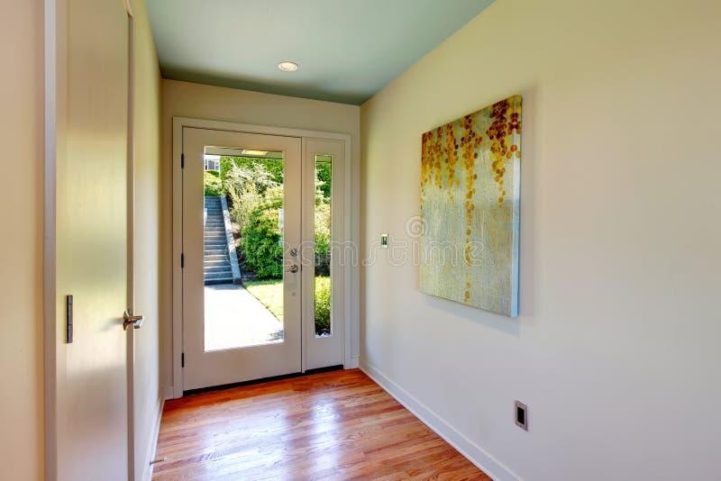 Vestíbulo de Brightt con la puerta de entrada de cristal imagen de archivo