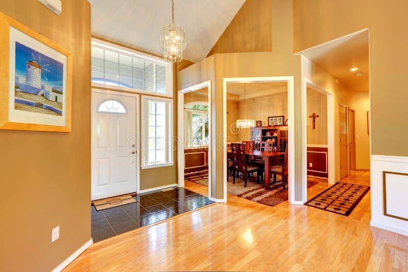 Vestíbulo de Enrance con comedor Interior de lujo de la casa foto de archivo libre de regalías