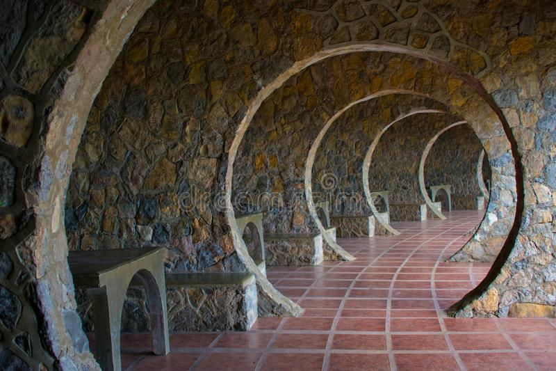 Vestíbulo de piedra infinito del arco en una cabaña de Outddor fotos de archivo