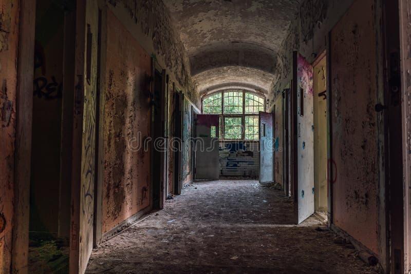 Vestíbulo de una institución mental abandonada imagen de archivo