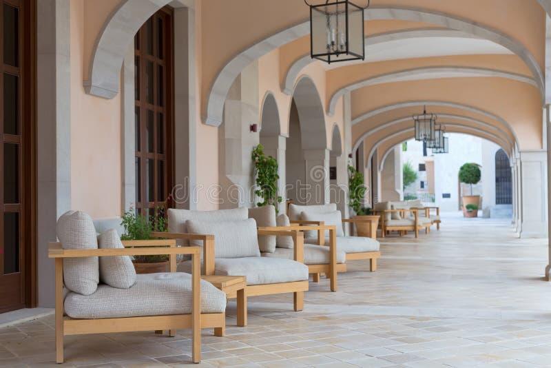 Vestíbulo do hotel com sofás imagens de stock