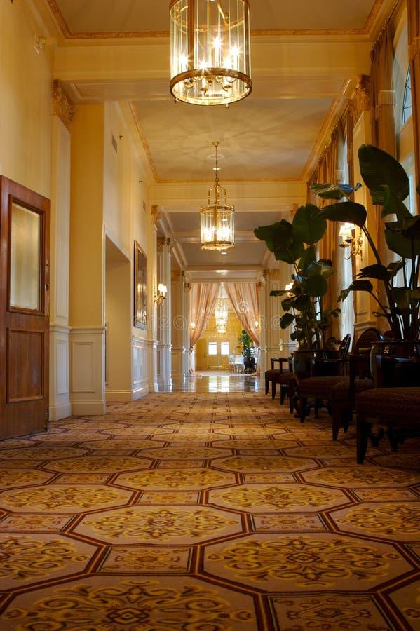 Vestíbulo elegante en un hotel exclusivo fotografía de archivo libre de regalías