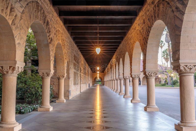 Vestíbulo exterior de la columnata de Stanford University Campus Building fotos de archivo libres de regalías