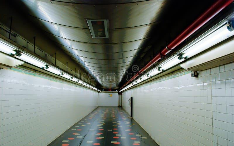 Vestíbulo fluorescente del subterráneo imagenes de archivo