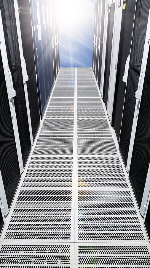 Vestíbulo grande moderno del pasillo del sitio de servidor de datos con los altos estantes llenos de servidores de red y cuchill