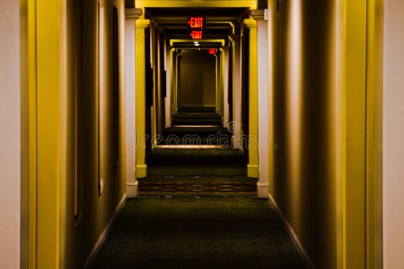 Vestíbulo largo del apartamento imagen de archivo