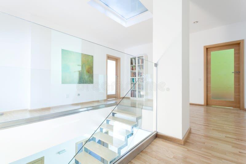 Vestíbulo moderno con la escalera de cristal imagenes de archivo