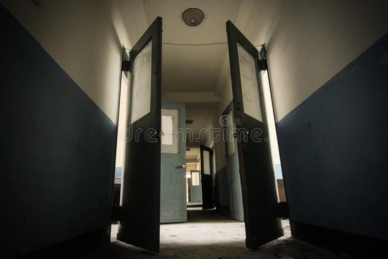 Vestíbulo oscuro en un sanatorio abandonado asustadizo y posiblemente frecuentado a partir de los años 30 foto de archivo