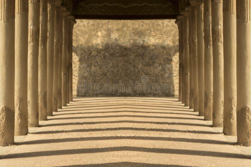 Vestíbulo simétrico antiguo con las sombras de la tarde y el trabajo de ladrillo foto de archivo libre de regalías