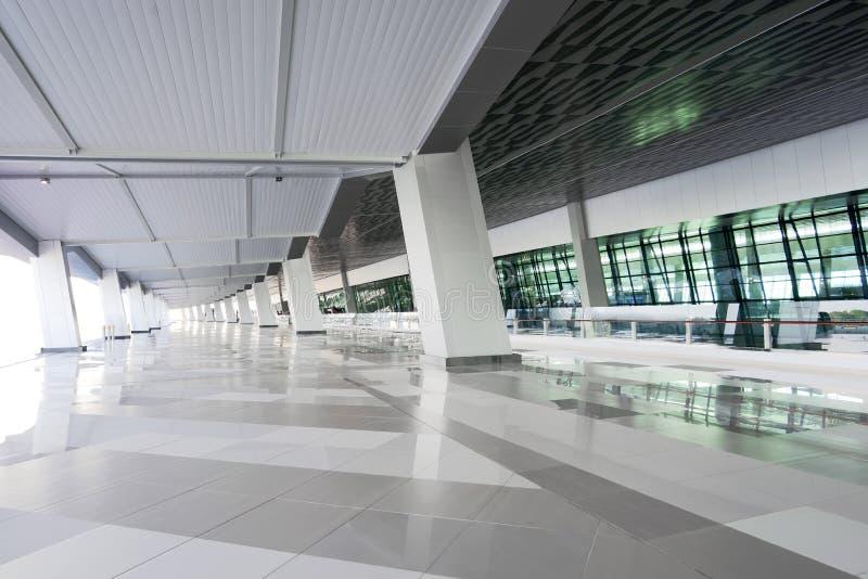 Vestíbulo vacío futurista con el interior moderno imagenes de archivo