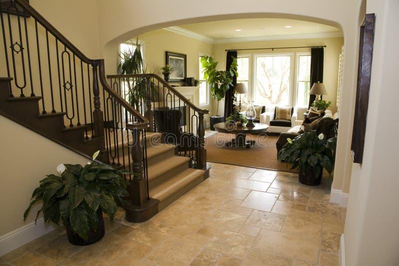 Vestíbulo y escalera. foto de archivo