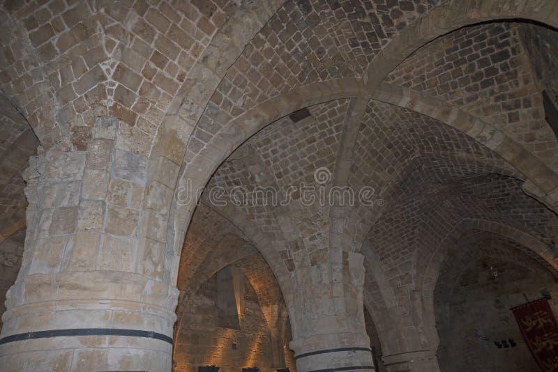 Vestíbulos subterráneos en una fortaleza vieja fotografía de archivo